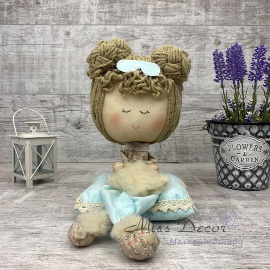 Кукла Соня на подушках