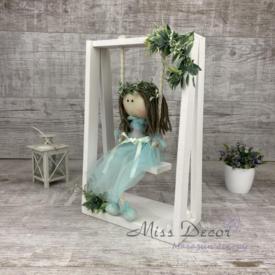 Кукла на качельке