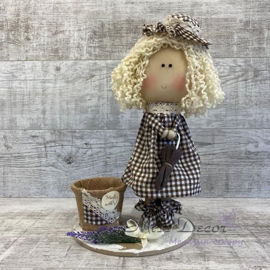 Кукла интерьерная в шляпе