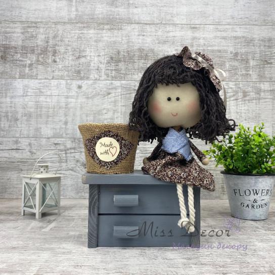 Кукла на сером комоде + кашпо