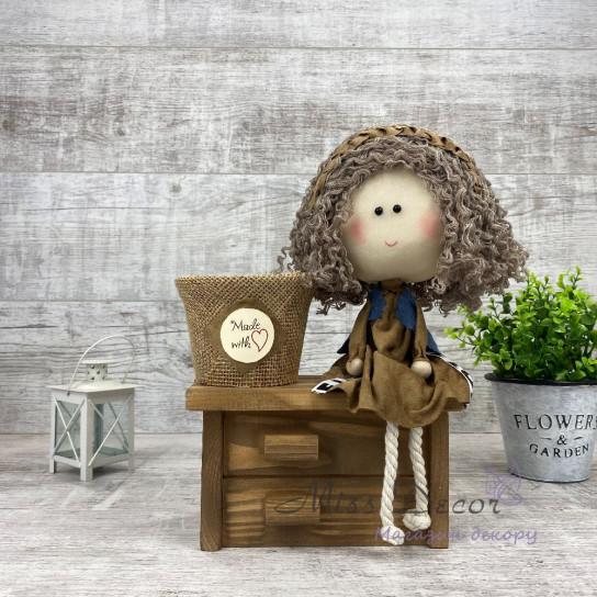Кукла на коричневом комоде + кашпо