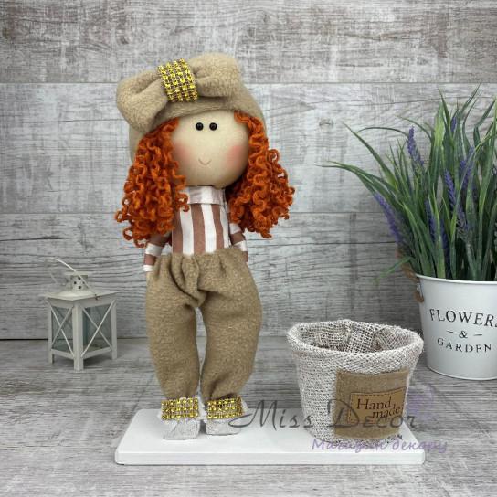 Кукла интерьерная с бантиком в штанишках бежевая