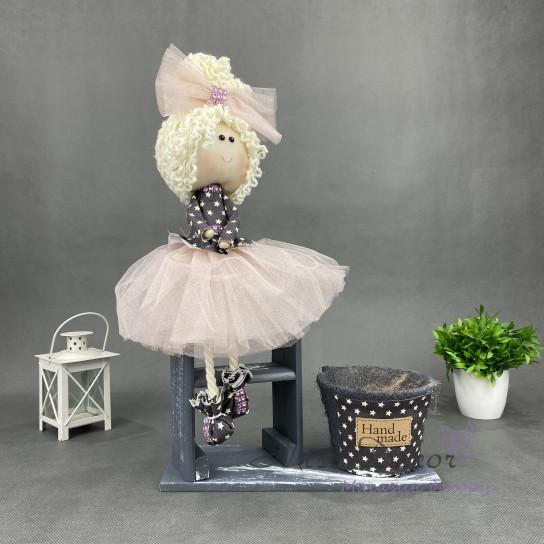 Интерьерная кукла на серой лестничке