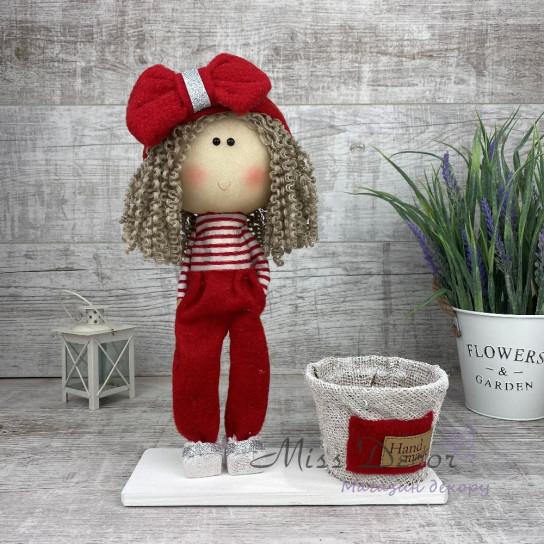 Кукла интерьерная с бантиком в штанишках красная