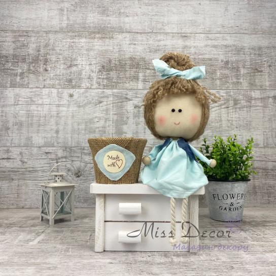 Кукла на белом комоде + кашпо